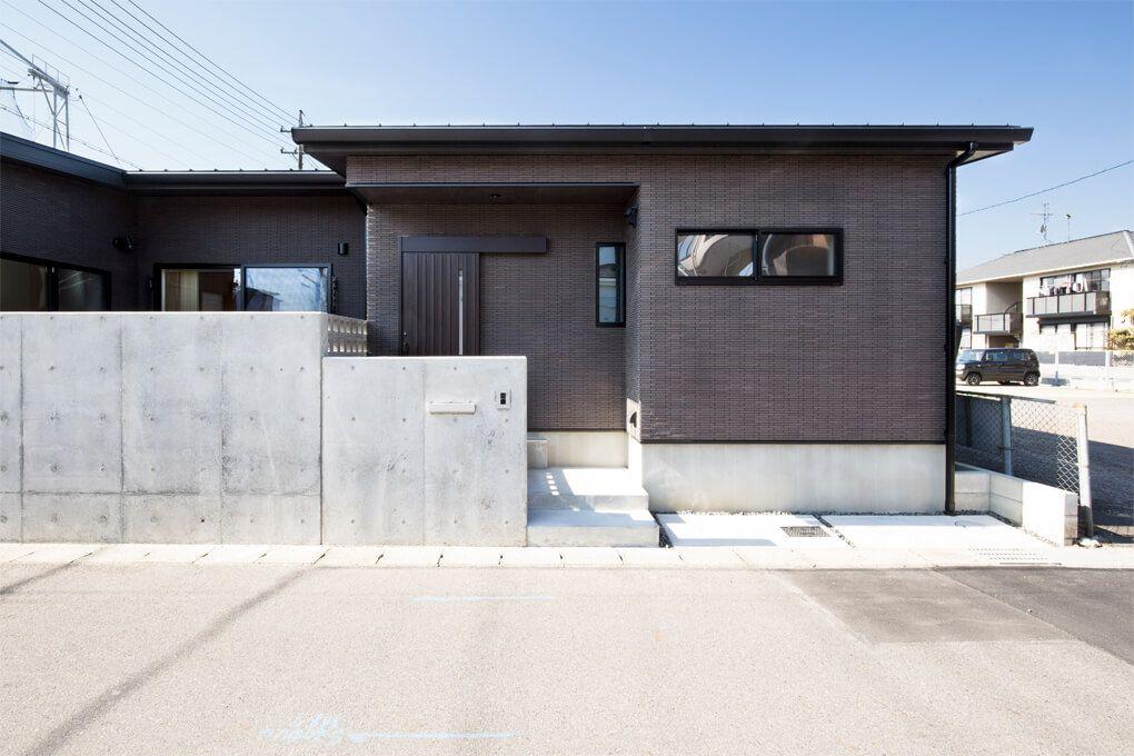 外観 外壁は黒のタイルをベースに サッシの色までダーク系の色使い