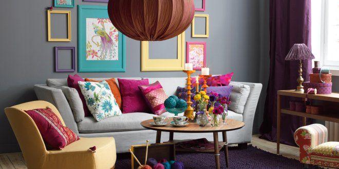 déco salon table basse en bois avec un canapé droit en couleur grise