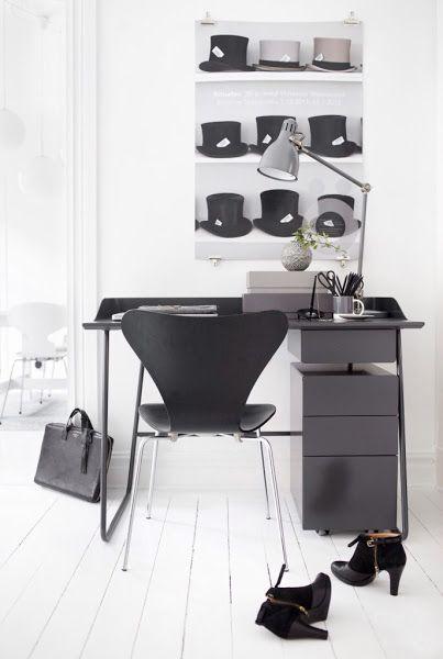 Pareti e pavimento bianco per creare un angolo studio arredato in nero. #rifarecasa #maistatocosifacile grazie a #designbox & #designcard #idfsrl