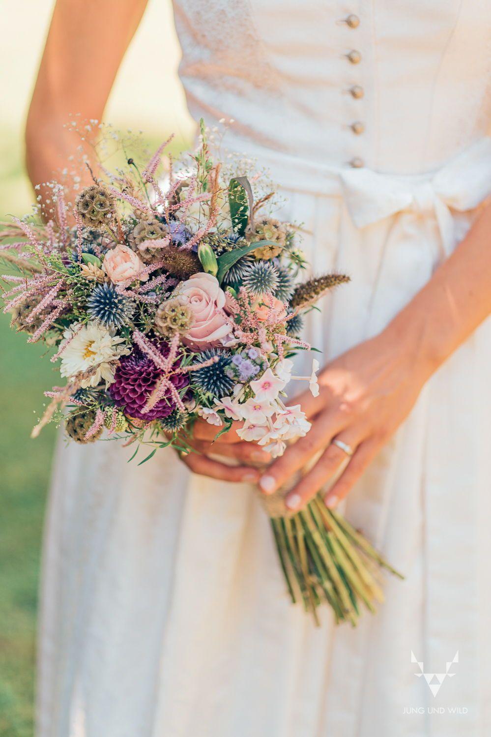 Heiraten In Tracht Inspirationen Fur Eine Dirndl Boho Fusion Jung Und Wild Design Dirndl Hochzeits Inspira In 2020 Blumenstrauss Hochzeit Brautstrauss Dirndl Hochzeit