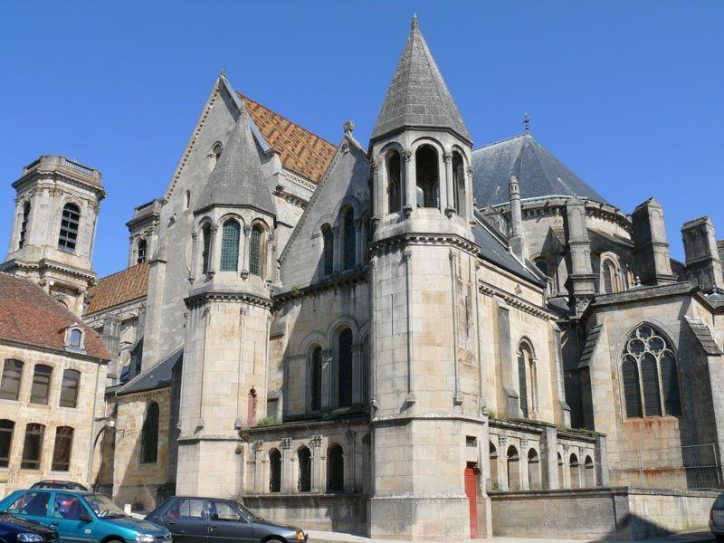 La cathédrale Saint-Mammès de Langres n'est pas sans rappeler celle d'Autun. Construite ay 12°s on y retrouve les mêmes motifs romains qui ont sans doute été imités de la porte gallo-romaine de la ville. Langres se situe à la transition entre le style roman et le style gothique avec ses voutes sur croisées d'ogives qui chapeautent une sturcture encore romane. La façade occidentale a été reconstruite au 18°s dans le style classique de l'époque