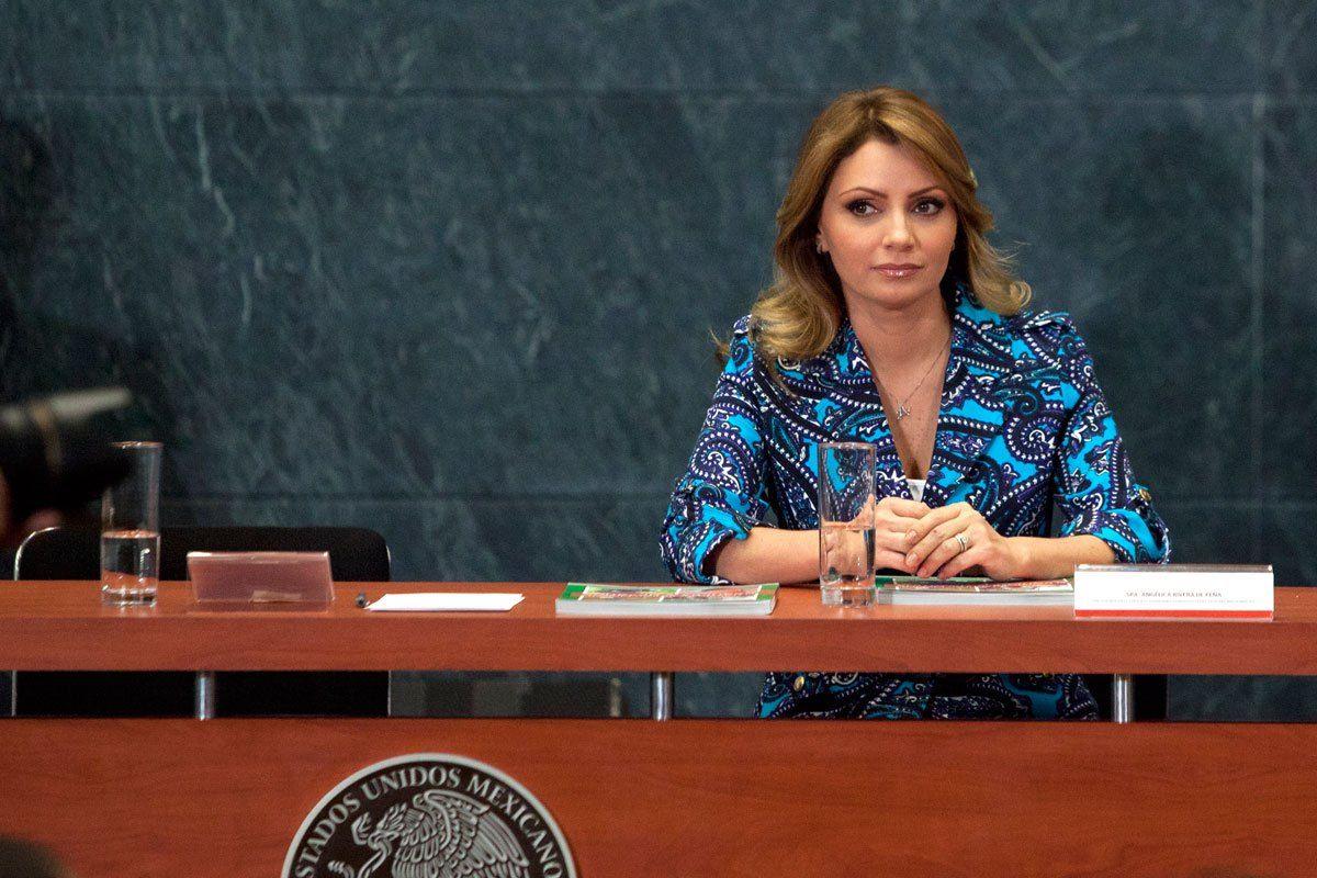 En el proyecto presidencial de Enrique Peña Nieto, su relación con la estrella de Televisa Angélica Rivera fue clave para fabricarle una historia de telenovela. Sin embargo, cuando el priista llegó a la Presidencia, su esposa fue desplazada para que no robara cámaras...