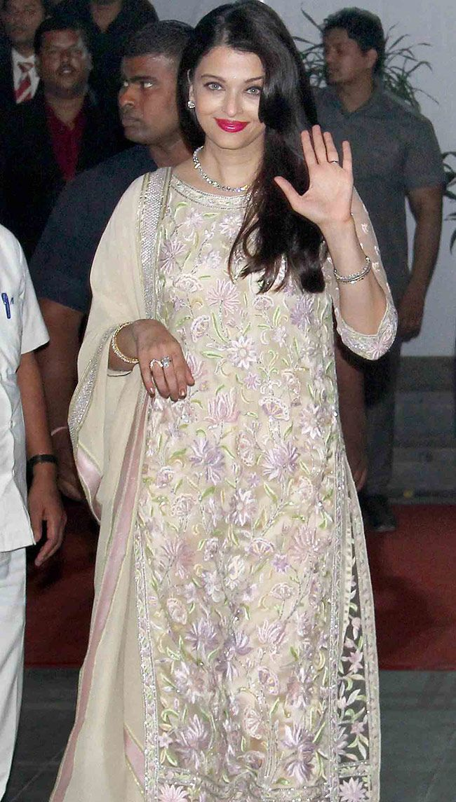 79c4fabae Aishwarya Rai Bachchan looked beautiful in a salwar kameez at Shirin ...