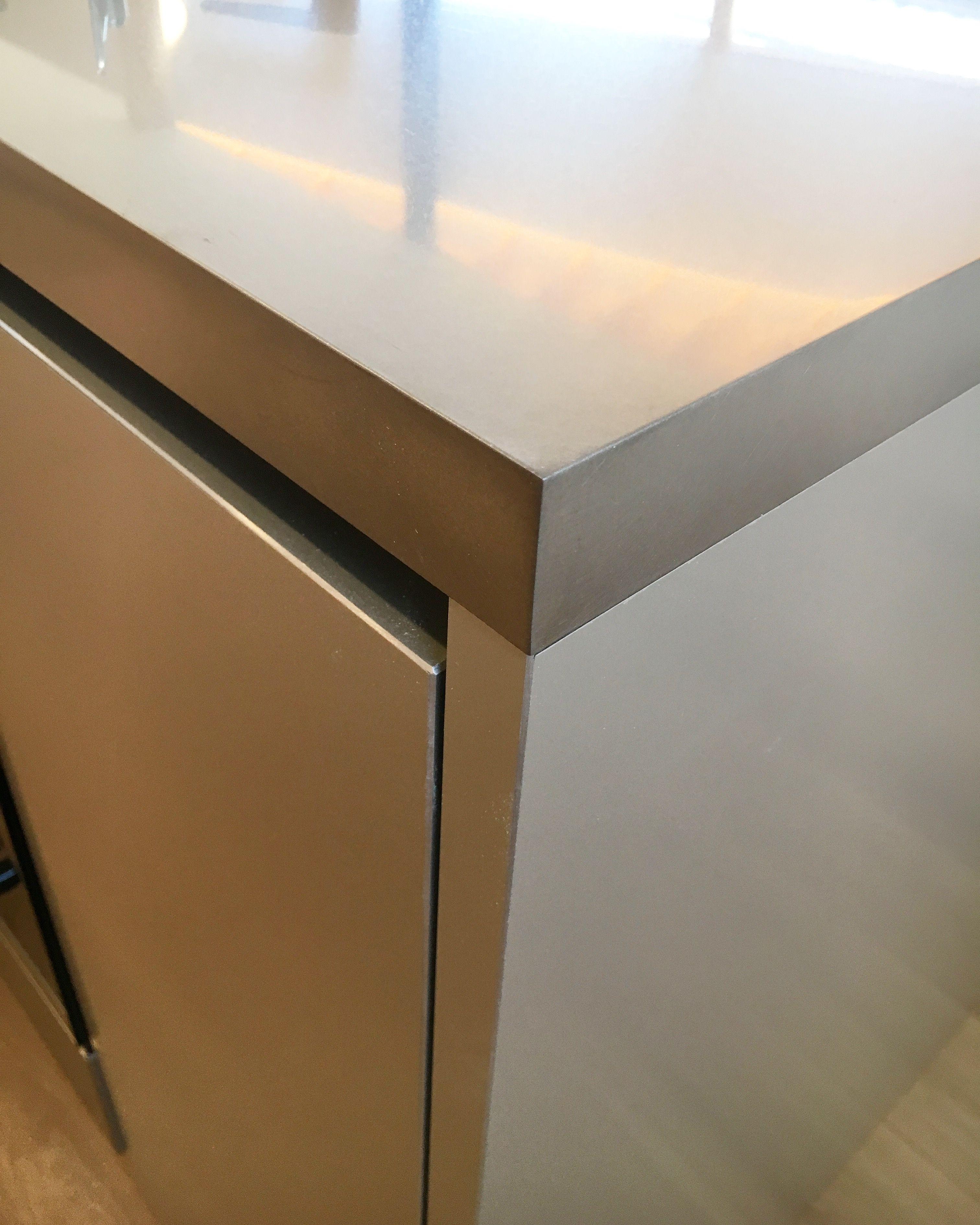 弊社のステンレス天板は角が丸くなく とてもシャープに仕上がってい