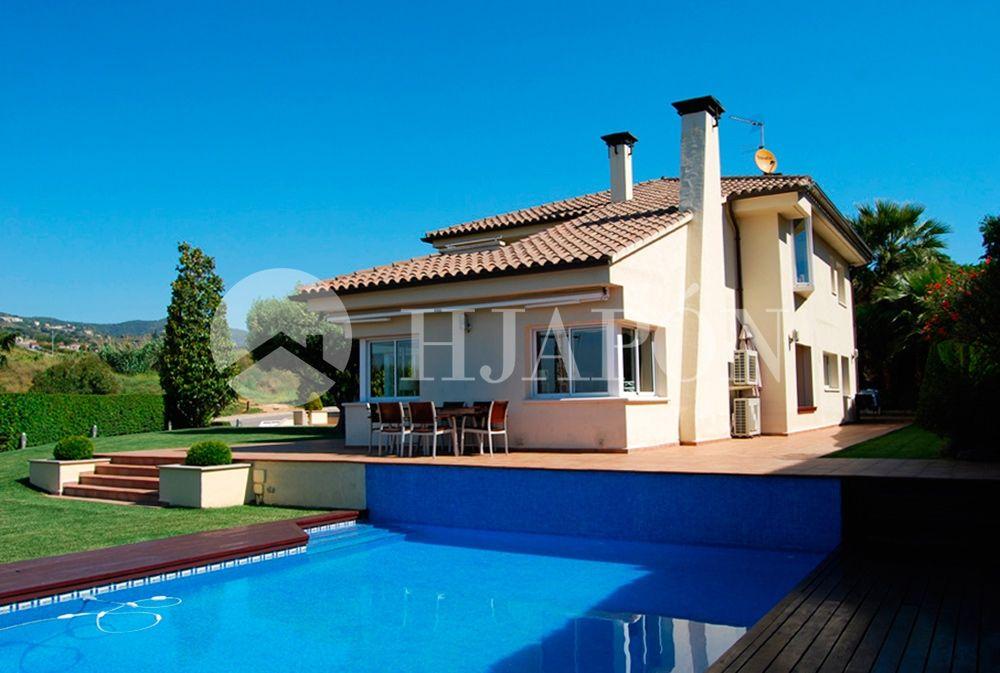 Beautiful luxury villa on a plot of 1700 m2 with swimming