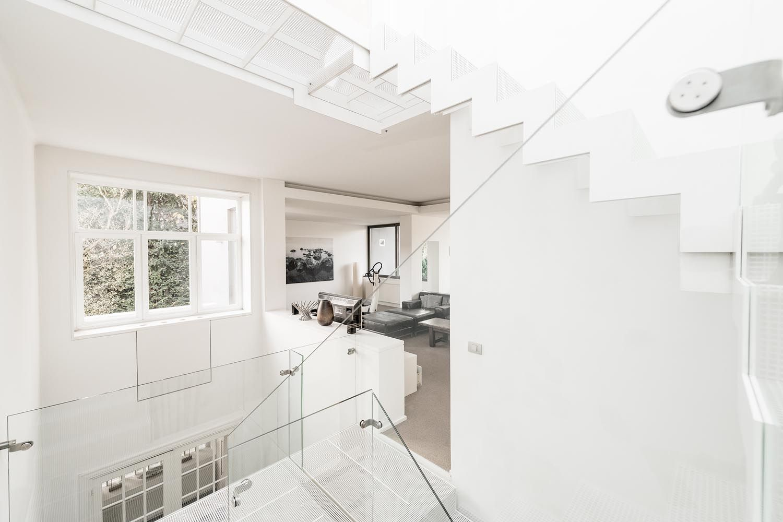 Metalen design trap: geperforeerde staalplaat wit gelakt