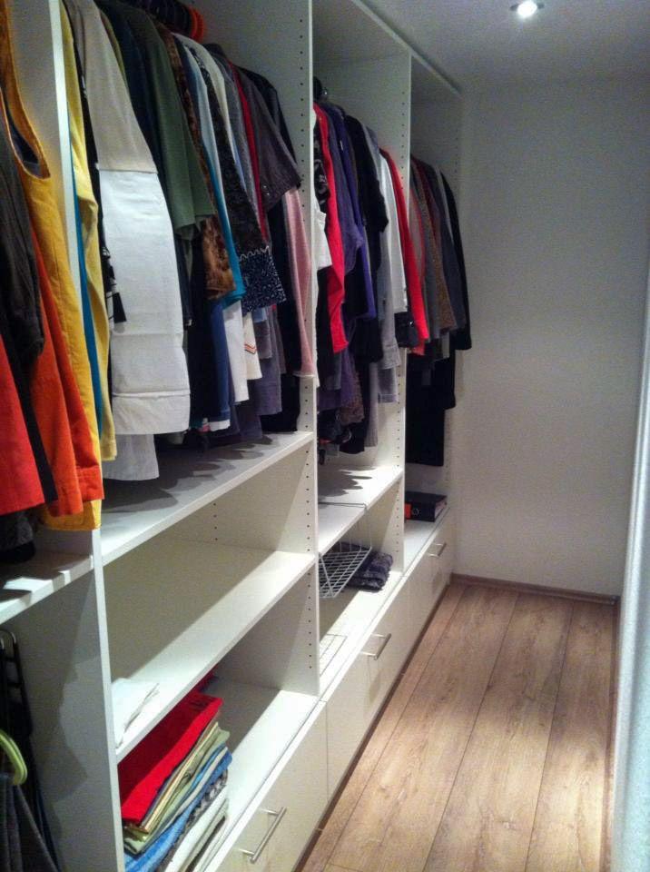 offenes schranksystem im ankleidezimmer platz f r kleidung schuhe und accessoires ist dank. Black Bedroom Furniture Sets. Home Design Ideas