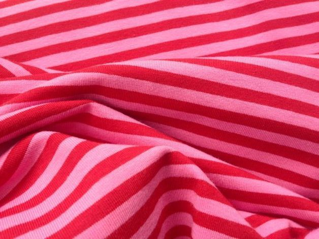 Organic pink and red stripped fabric. // Tela orgánica rosa y roja a rayas.