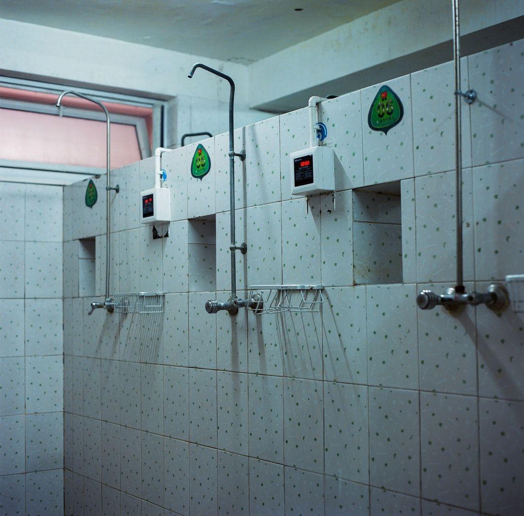 15 Genius Ikea Hacks Um Ihr Badezimmer In Einen Palast Zu Verwandeln In 2020 Duschdesigns Badezimmer Design Badezimmerideen