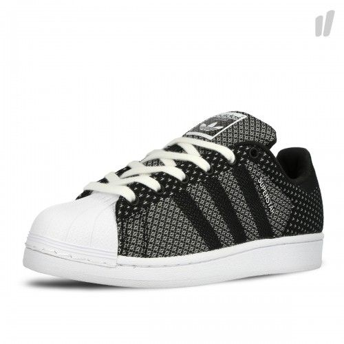 Vintage style meets modern materials with the adidas Superstar Weave. Updating the iconic shoe with a lightweight, one-piece woven upper, it has tonal leather 3-Stripes and a white rubber cupsole and shell toe. - Einteiliges, gewebtes Obermaterial- Zehenkappe aus Gummi- Futter aus Synthetikleder- 3-Streifen aus Leder- Gummi-Cupsohle mit Fischgräten-Profilierung Textile / Rubber