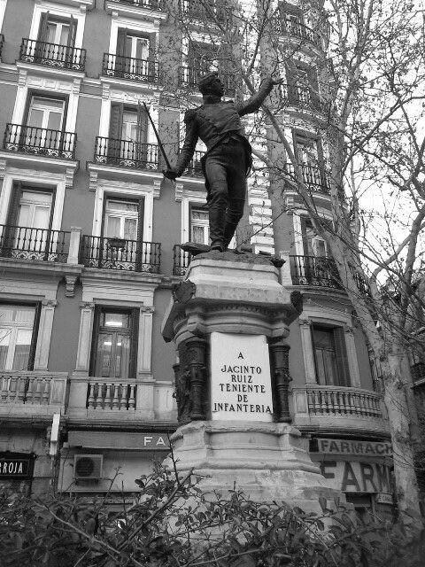 Estatua En La Plaza Del Rey Erigida En Homenaje Al Teniente Ruiz Heroe De La Sublevación Popular Contra Las Tropas De Napoleón Ocurri Tropas Napoleón Teniente