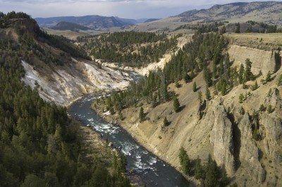 Yellowstone rivière dans la tour de Roosevelt Espace, Parc national de Yellowstone, aux États-Unis Banque d'images