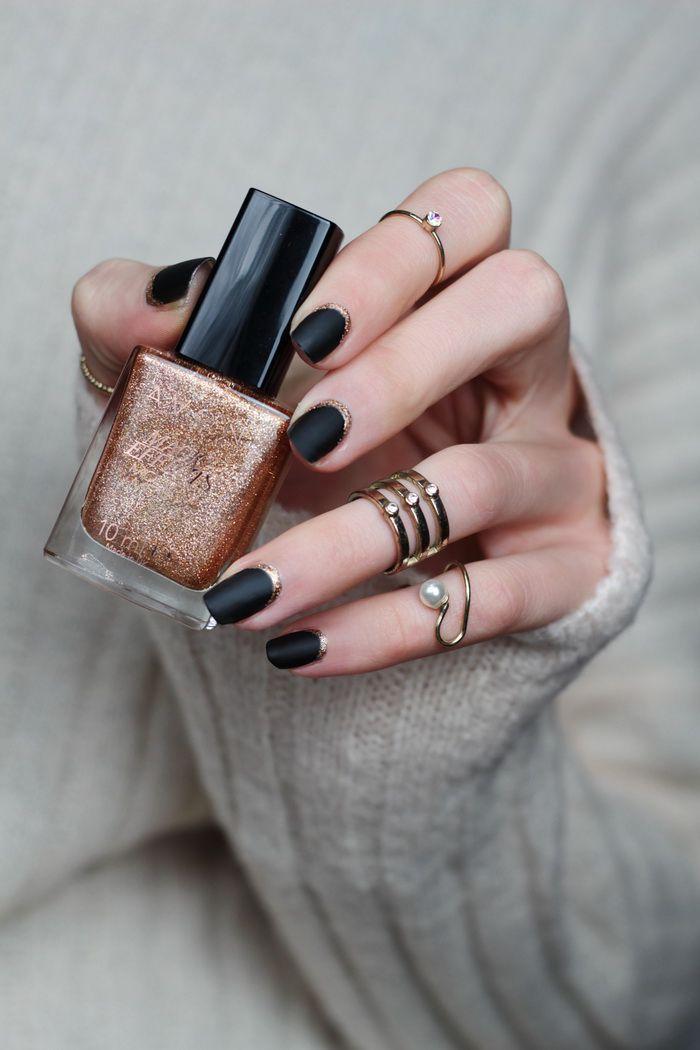 schwarze Nägel mit Gold