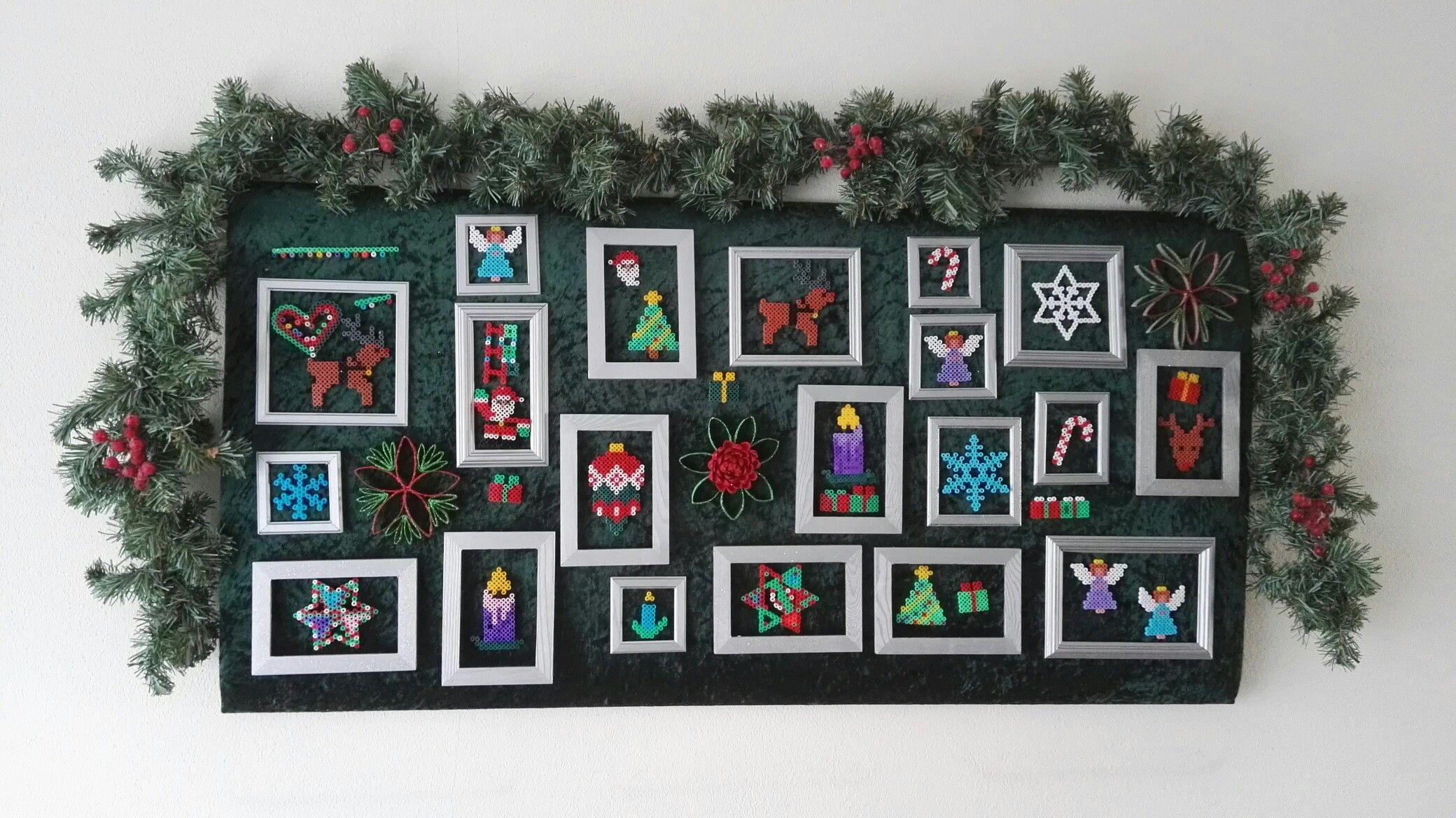 Kerst-bord met strijkkralen kerstversiering.