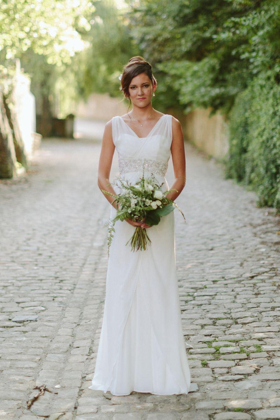 Bride with Handmade Bouquet at Château de Bourglinster  #castlewedding #luxembourg #hochzeit #chateau #luxembourgwedding #weddingphotography