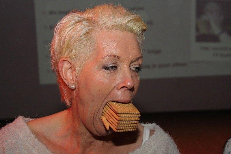 wie kan de meeste koekjes in zn mond stoppen?
