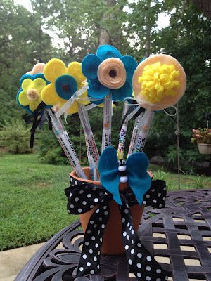 Pencils turned into flowers... Such a GREAT gift idea for teachers :)