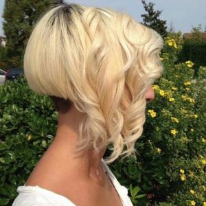 Carré plongeant asymétrique nuque courte 12 asymetrical bob short nape curly | Bleach blonde ...