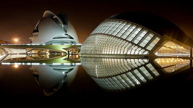 La Ciudad De Las Artes Y De Las Ciencias De Valencia Architecture Night Architecture Amazing Buildings