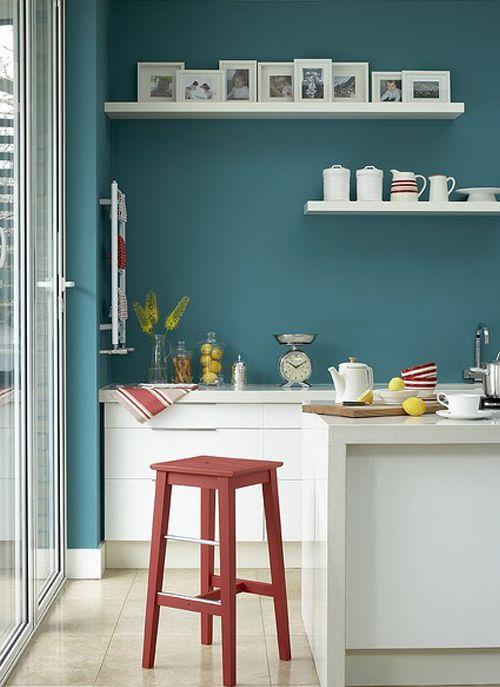 Cocina con pared color turquesa y muebles en blanco Our house - muebles de pared
