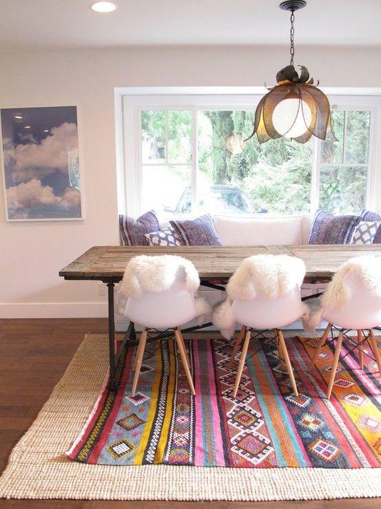 Superposition de tapis... Bonne idée quand on a un tapis à motif qui nous plaît mais qui est trop petit : mettre un autre tapis neutre/uni de grand format en dessous