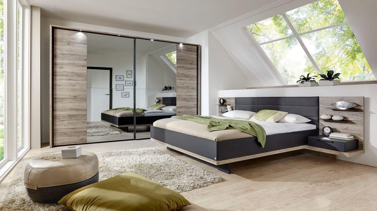 Schlafzimmer mit Doppelbettgestell und Schwebetürenschrank
