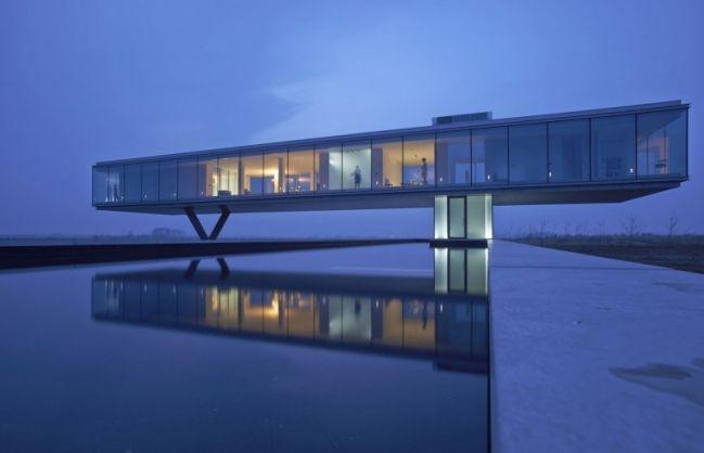 Maison contemporaine avec façade entièrement faite de verre - facade de maison contemporaine