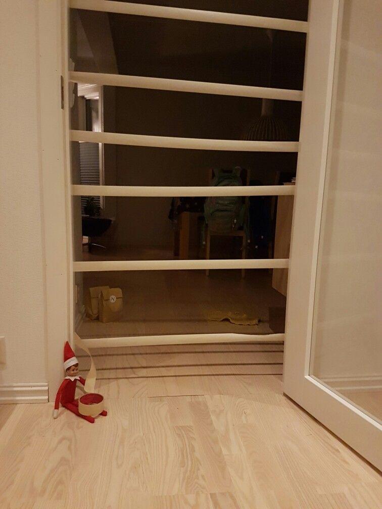 -8.desember-  Litt mer julebøll fra Alven -sperret døra inn til stua!