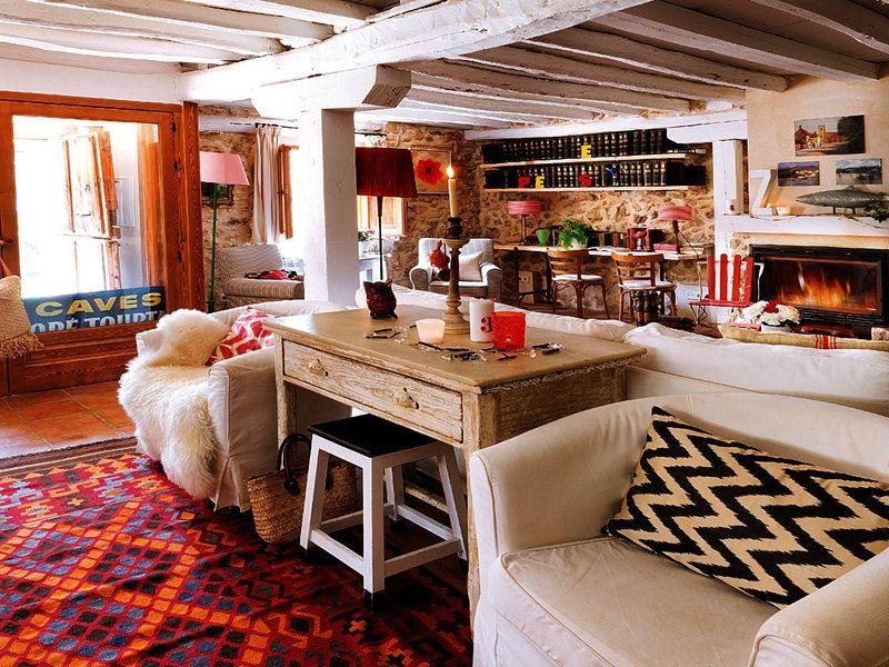 Una casa de campo de piedra y madera campestre for Casas de campo decoracion interior