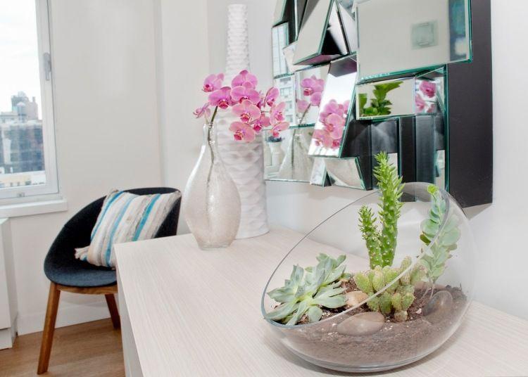 Sukkulenten und kleine Kakteen in einem Terrarium arrangieren - pflanzen deko wohnzimmer