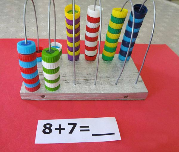 Manualidades recicladas juegos con tapas de pl stico - Manualidades con vasos de plastico ...