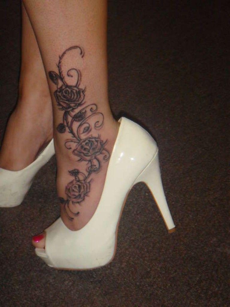 Fleurs avec 3 roses et arabesques tatouage cheville femme pied tatouage cheville femme - Tatouage rose avec tige ...