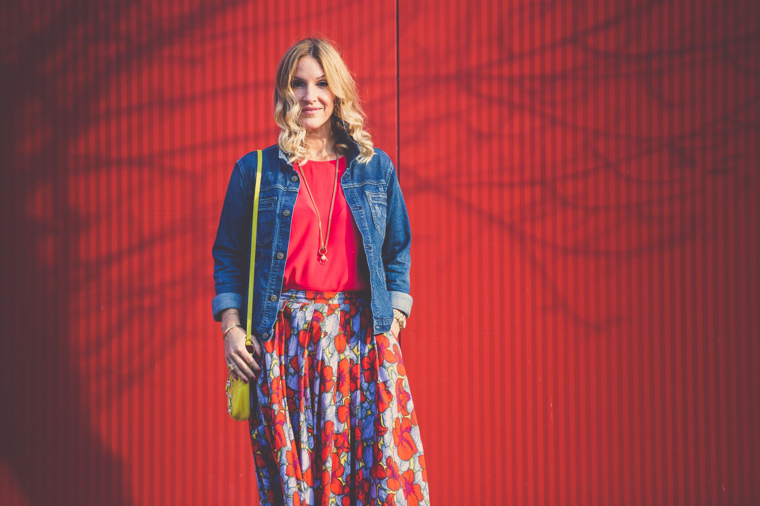 midi skirt on Mademoiselle Jules www.mllejules.com photogarphy by Patricia Brochu lady in red