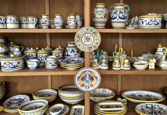 Coppia di vasi biansati in ceramica policroma deruta inizio xx