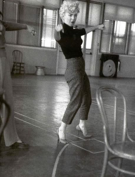 Milton H. Greene (14 de março de 1922, em Nova York - 08 de agosto de 1985, em Los Angeles) foi uma moda e fotógrafo de celebridades. Ele foi ativo por mais de quatro décadas. Ele é mais conhecido para os photoshoots que ele fez com Marilyn Monroe .Nascido em Nova York em 14 de março de 1922, Milton Greene começou a tirar fotos com a idade de 14. Embora ele tenha sido o destinatário de uma bolsa de estudos para o renomado Instituto Pratt, uma maior consciência da imagem fotográfica.