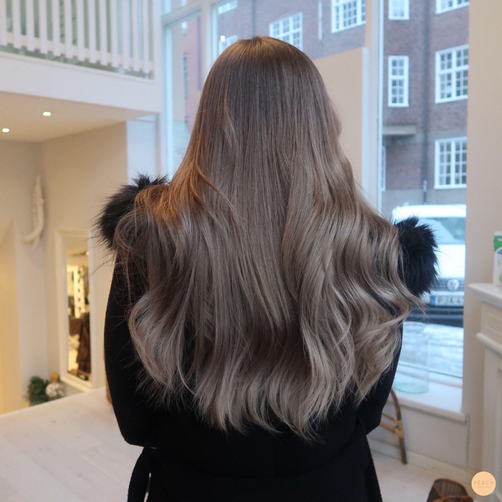 ljusbrun toning på blont hår
