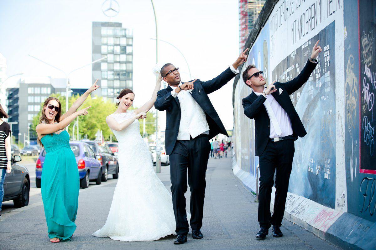 Brautpaar mit Trauzeuge  Trauzeugin hochzeitspaar