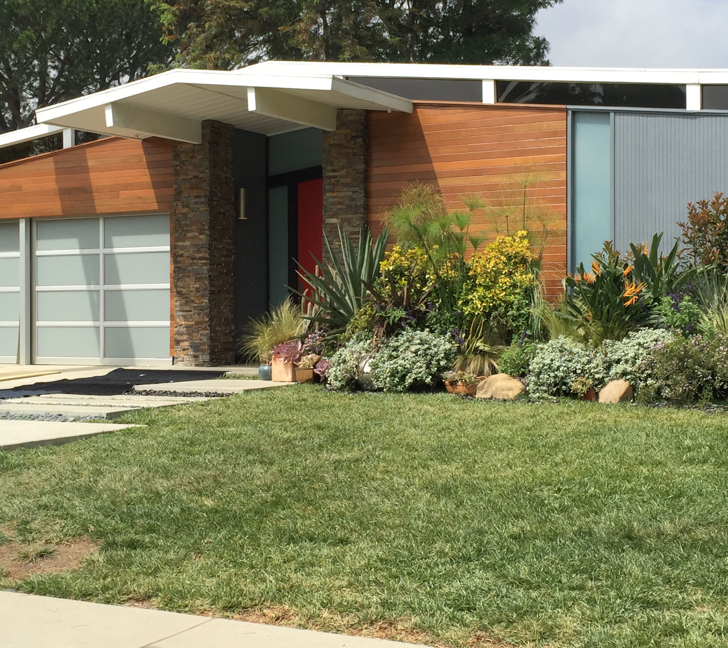 Balboa Highlands A New Tv Show Studio City Filmed Here The Other Week And Put A Faux Facade On One Of The Houses Love The W Eichler Homes Facade Home Reno