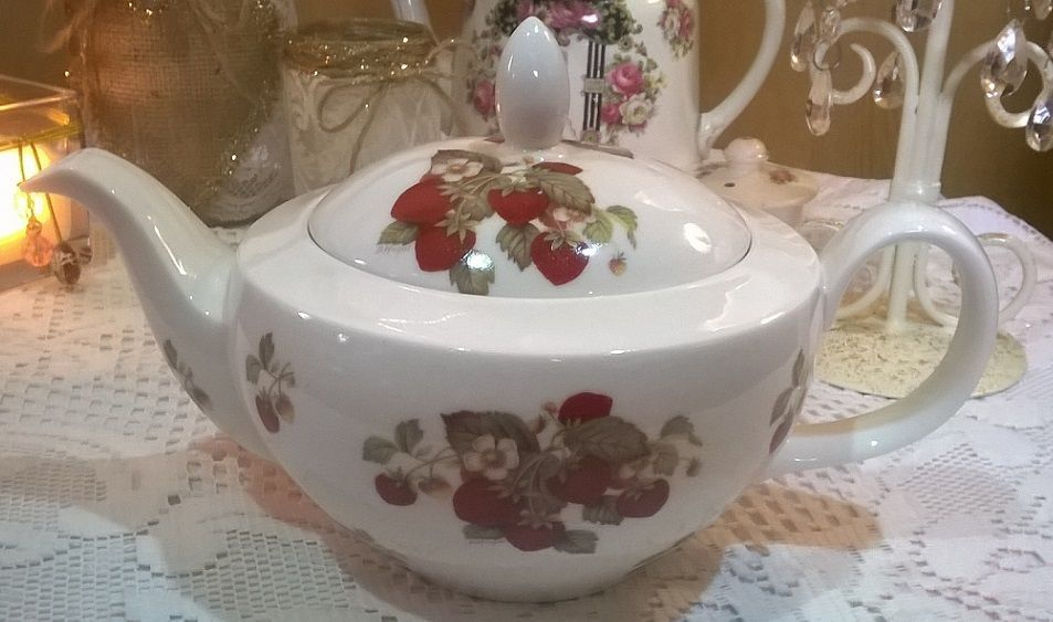Lovely collectable eyebrow cottage china strawberry pattern teapot & sugar bowl