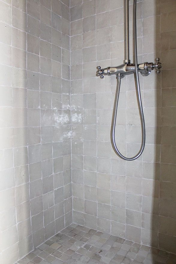 Salle de bain zelliges - Atelier Joseph - Robinetterie rétro ...