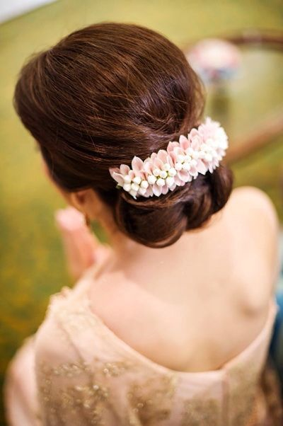 D245ae47cd0381def324d50645725fc3 Thai Wedding Dress Floral Garland Jpg 400 602 Indian Bridal Hairstyles Bridal Hair Buns Indian Wedding Hairstyles