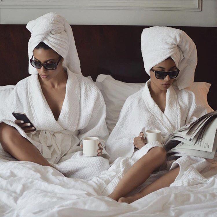 фото в белом халате в гостинице полагают