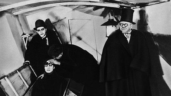 El cine expresionista se basó en los mismos parámetros, siendo un medio más directo a la hora de trasladar los nuevos planteamientos estéticos a las masas. De esta manera, 'El gabinete del Dr. Caligari' fue todo un éxito, considerada la primera película expresionista de la historia del cine, dando paso a otros grandes directores alemanes como son Fritz Lang, Georg Wilhelm Pabst y F.W. Murnau.