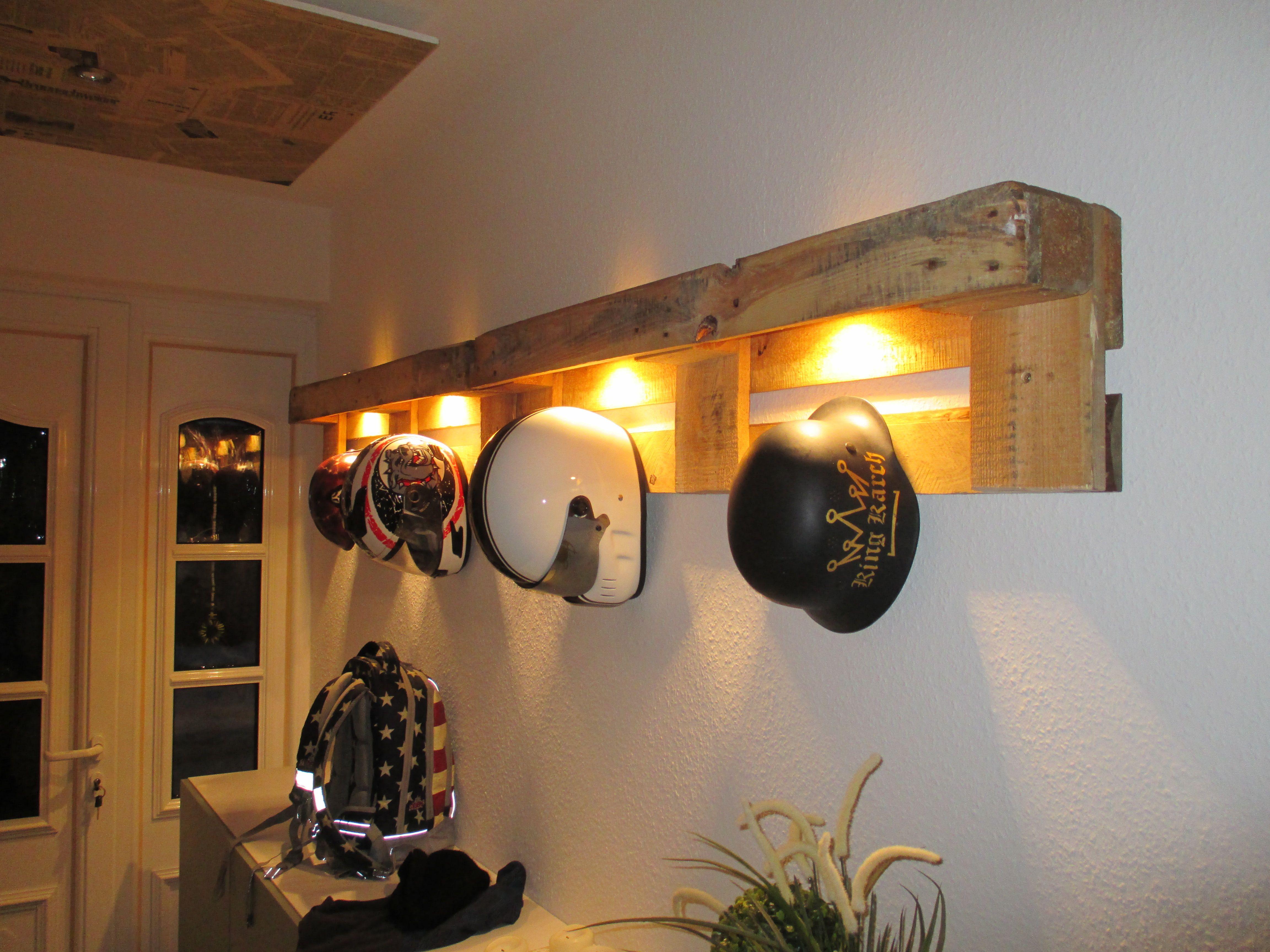 Einfache Dekoration Und Mobel Raeume Mit Licht Gestalten Led Sei Dank #20: Helmhalter Aus Europaletten Mit Integrierter LED Beleuchtung