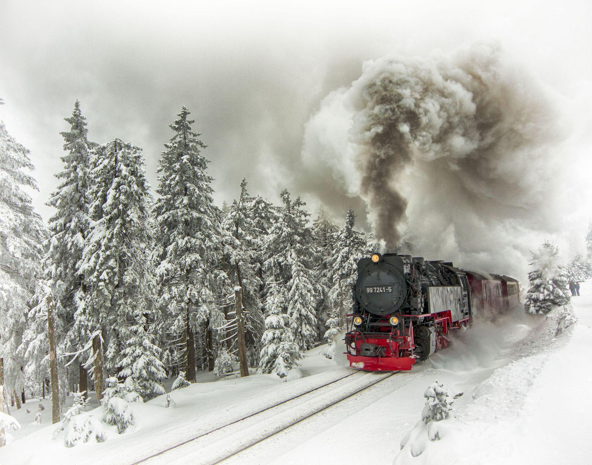 https://flic.kr/p/dSv6Ba | Tren vapor del Harz | El Harzer Schmalspurbahnen tiene rrieles que se extienden por 130 km y se extiende desde Drei Annen Hohne hasta la cuspide de Brocken, entro en servicio el 27 de Marzo de 1899 y tambien tiene una via alterna de 19 km. La popularidad de la via continuo por muchas decadas hasta que la via de Schierke fue cerrada a los turistas el 13 de Agosto de1961, debido a las ordenes de las zonas restringidas impuestas por los Rusos y el gobierno de…