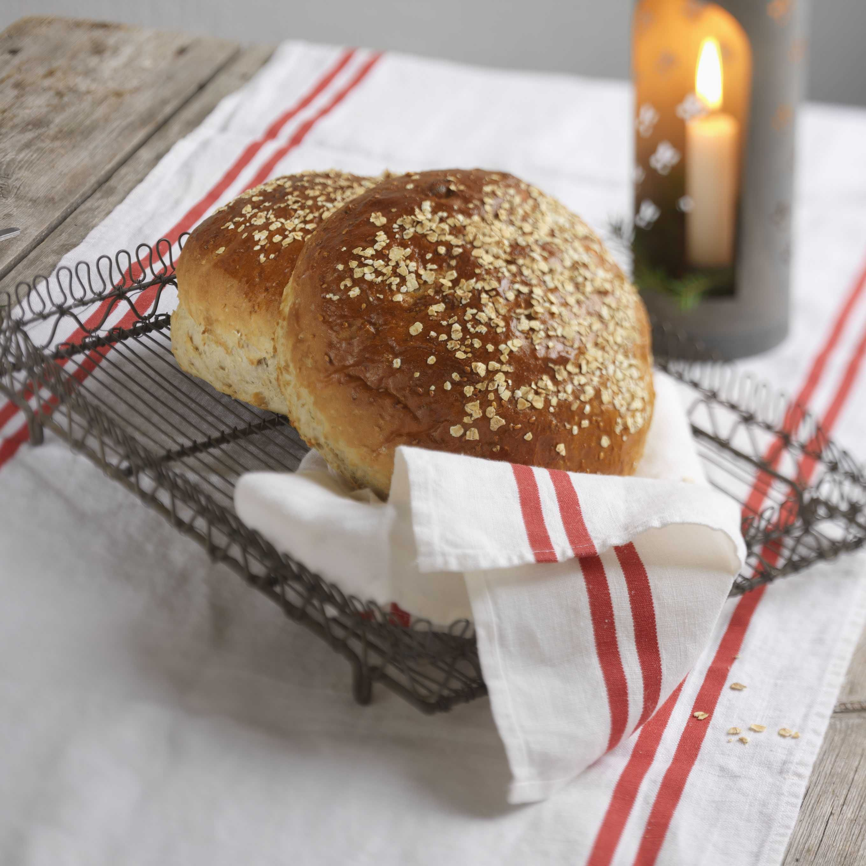 Eple og kanel er en god kombinasjon og smaker nydelig i brødet. Dersom du vil gi bort noe godt og hjemmelaget passer dette brødet også ypperlig som gave.