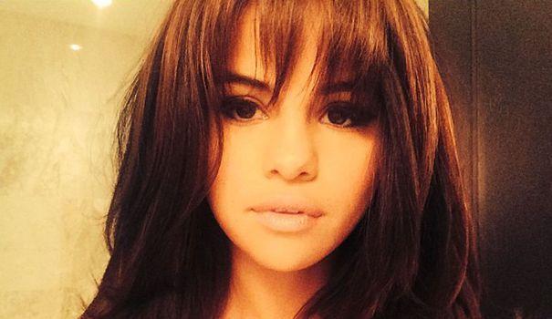 Selena Gomez arbore une nouvelle frange effilée Styles