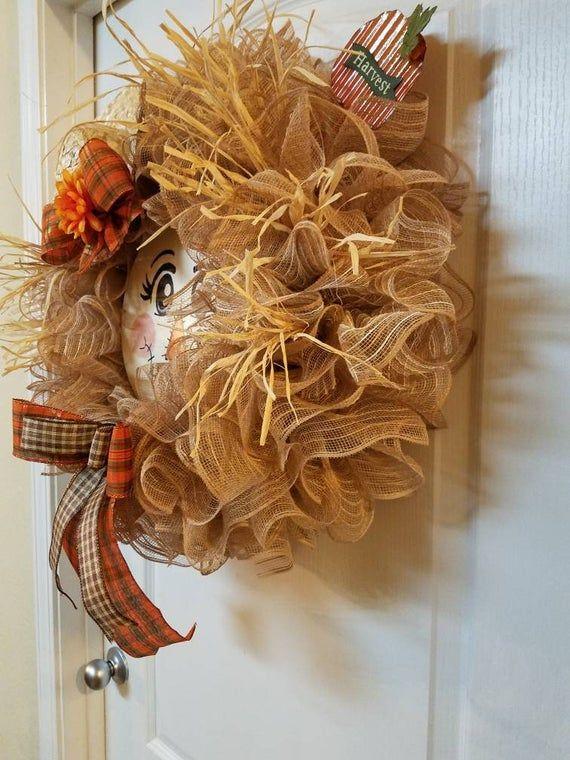Flora the Pretty Scarecrow. Cute Scarecrow Wreath for Autumn. Burlap Mesh and Rafia #scarecrowwreath