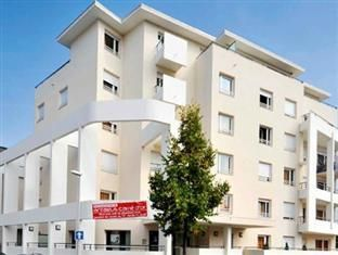 Thonon-Les-Bains Appart'City Thonon les bains France, Europe Appart'City Thonon les bains is conveniently located in the popular Thonon-les-Bains City Center area. The hotel offers guests a range of services and amenities designed to provide comfort and convenience. Car park, laundry service, elevator, pets allowed are on the list of things guests can enjoy. Designed for comfort, selected guestrooms offer television LCD/plasma screen, heating, desk, balcony/terrace, satellite/...