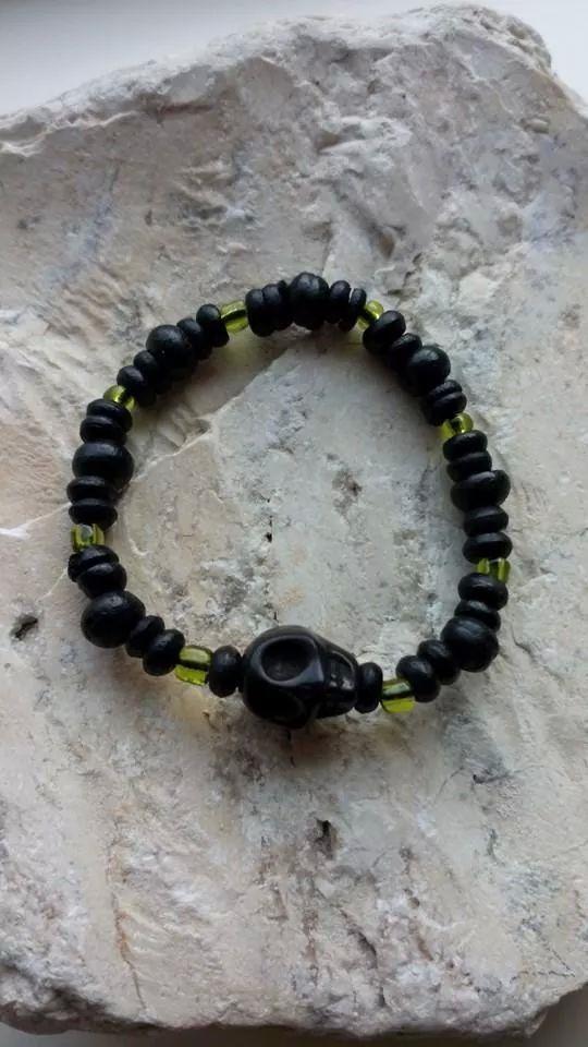 Armband gemaakt van zwarte houten kralen en een doodskop.